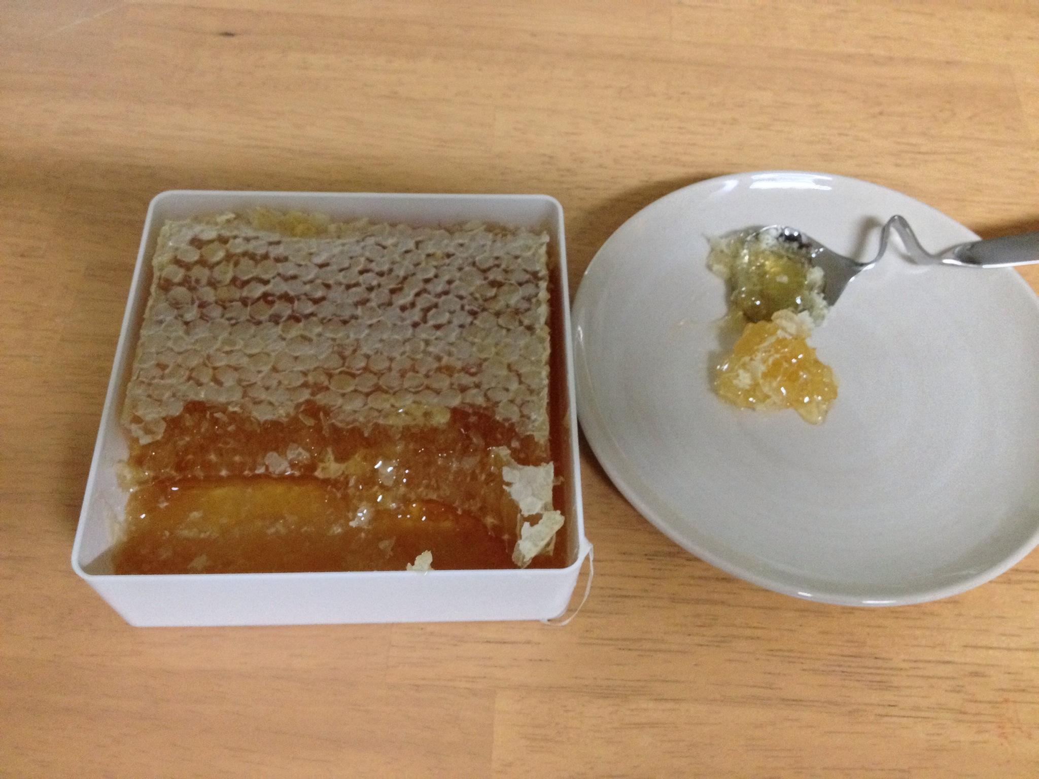 山田養蜂場巣蜜お皿に盛る