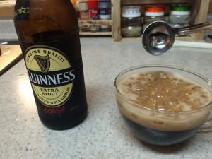 スタウト黒ビール砂糖を入れた泡立ち