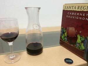 チリワインをグラスに注ぐ
