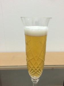 高級ビールイネディットの泡立ちと色