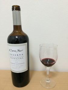 コノスル カベルネソーヴィニヨン レゼルバをグラスに注いだところ