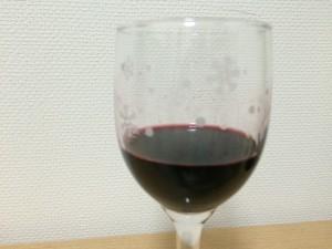 チリの赤ワイン「コノスル オーガニック カベルネソーヴィニヨン・カルメネール・シラー」を注いでみたところ