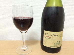 チリワイン「コノスル オーガニック ピノ・ノワール」グラスに入れたところ