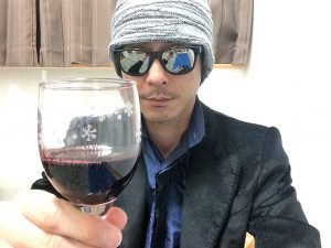 モンテスアルファカベルネソーヴィニヨンのグラスを持ったところ