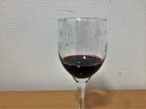 モンテスアルファカベルネソーヴィニヨンをグラスに注いだところ2
