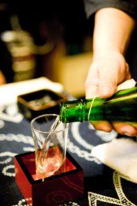 本醸造酒をグラスに注ぐ
