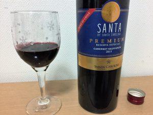 サンタ・プレミアム・カベルネ・ソーヴィニヨンをグラスに注いだところ