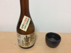 沢の鶴 兵庫県播州産山田錦生貯蔵酒 をグラスに注ぐ