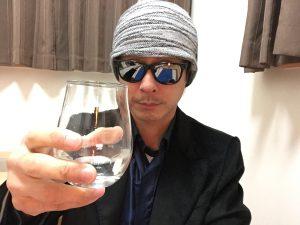 八海山特別本醸造のグラスを持ったところ