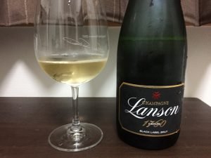 ランソン ブラックラベル ブリュットをグラスに入れたところ