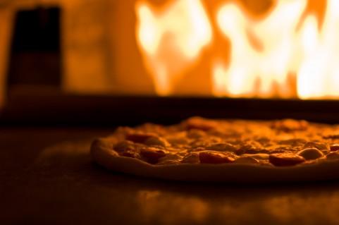 焼いているピザ