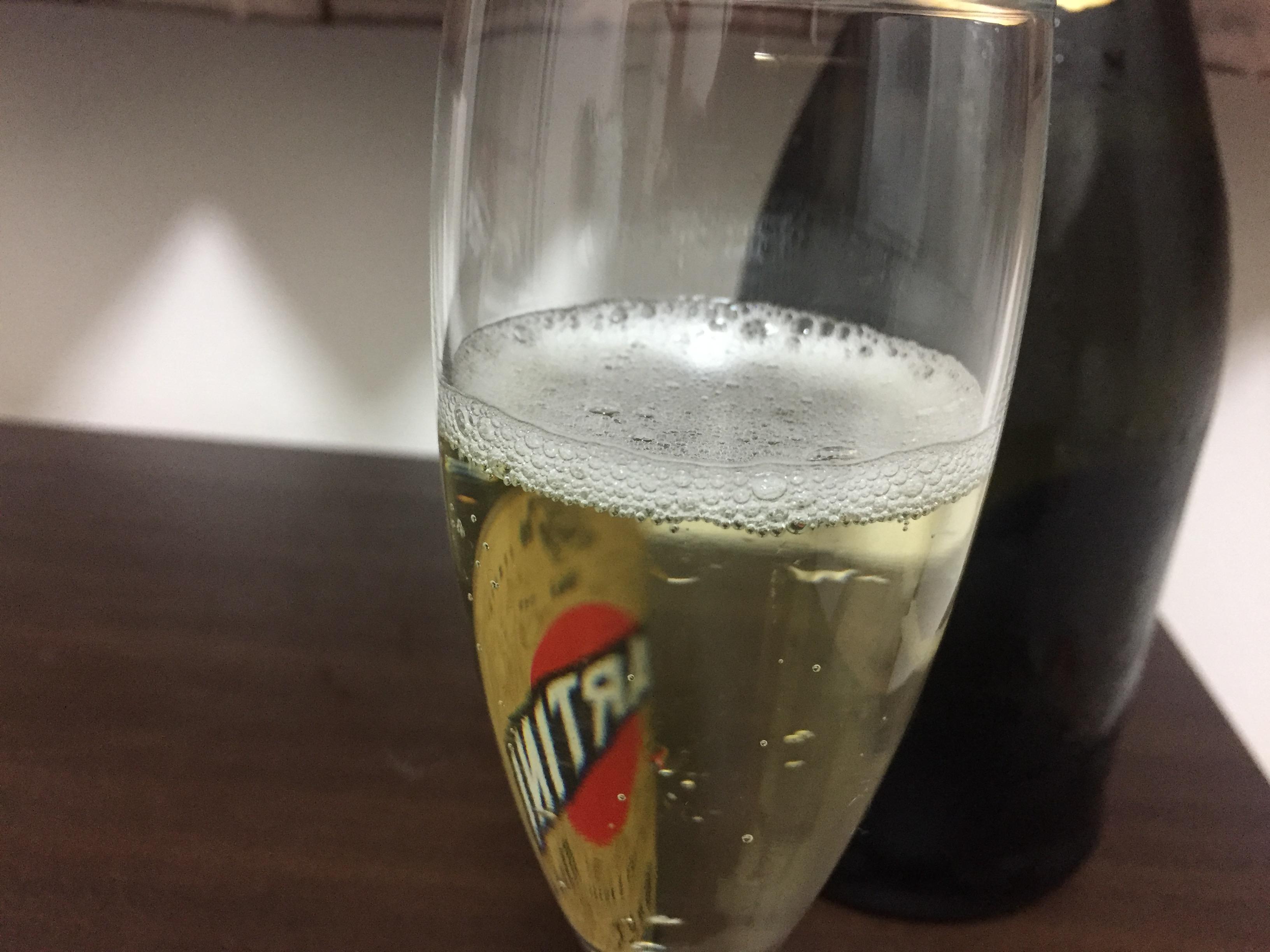 ■マルティーニ  ブリュットをグラスに注いだところ