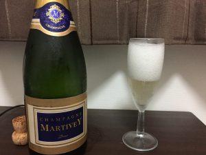 マルティヴェイ ブリュットをグラスに入れたところ