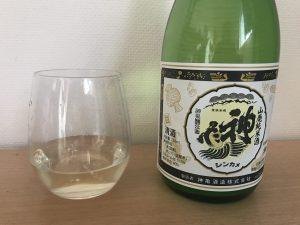 神亀 山廃純米 BLACKグラスに入れたところ